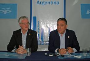 José Manuel Rodríguez y Alfredo Prada durante la rueda de prensa celebrada en la sede del PP en Buenos Aires.