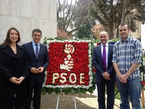 Patxi López, segundo izquierda, con miembros del PSOE Chile depositaron una corona de flores en el Mausoleo Allende.