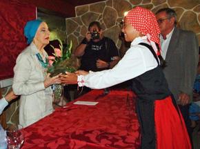 Alicia Alonso, izquierda, recibe un ramo de flores en un momento del homenaje.