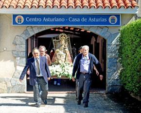 La imagen de la Virgen de Covadonga sale en procesión.