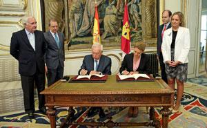 García-Magallo y Cospedal firman el protocolo.