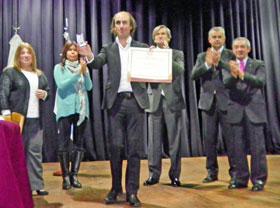 Núñez exhibe la medalla y el diploma que lo acreditan como Huésped de Honor de la Ciudad de Buenos Aires.