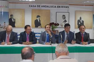 Valderas (2º por la derecha) y Rodríguez (3º dcha.), en el encuentro con las casas regionales en la Casa de Andalucía de Rivas.