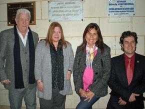 Posada, Alonso, Saya y Rodríguez Cantero posan bajo la placa que declara de Interés Cultural a las actividades realizadas en el Centro Asturiano.