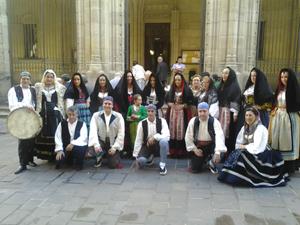 Asistentes a la Misa Castellana con integrantes del grupo folclórico Jacinto Sarmiento.