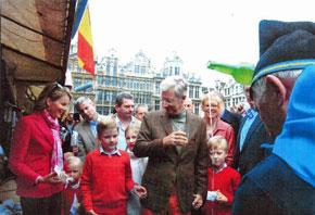 La familia real belga degustando sidra en la caseta del Centro Asturiano de Bruselas.