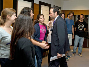 El consejero de Presidencia del Principado, Guillermo Martínez, con los jóvenes del Programa Raíces.