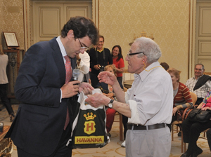 Mañueco recibe un obsequio de recuerdo de manos de Agustín Moreiro Navais,  el más veterano del grupo (81 años), del Centro de Castilla y León en Mar del Plata.