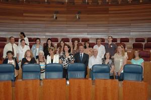 María Josefa Cirac y el resto de las autoridades con los participantes en Añoranza y Raíces en el hemiciclo.