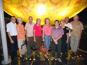 El vicepresidente Ramón Trabada (izq.) y Mirtha Ríos Serrano (centro), secretaria en funciones de la SCB, con uno de los grupos en la visita al Planetario.