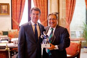 El presidente de la Xunta le entregó la Anduriña de Oro del Lar Gallego de Sevilla al alcalde de la ciudad, Juan Ignacio Zoido.