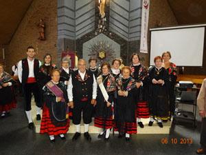 Un grupo de asistentes con trajes típicos sorianos.