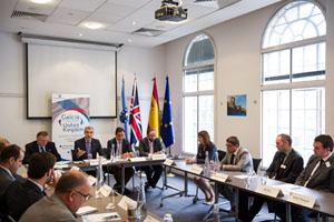 Conde (al fondo) en su reunión con empresas en la sede de Pexga en Londres.