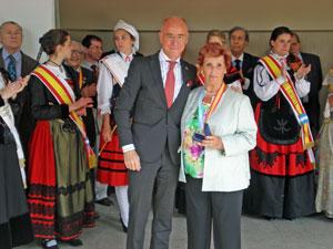 El consejero de Empleo y Seguridad Social, Santiago Camba, le entregó la Medalla de la Hispanidad a la presidenta del CRE de Buenos Aires, María Teresa Michelón.