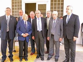 Miras Portugal junto a integrantes de la comunidad española de La Plata durante su visita al Hospital Español.