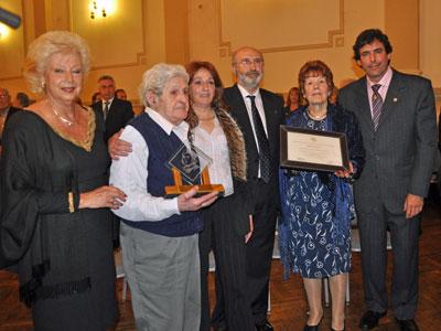 Los dos premiados, en el centro, y la presidenta de FIEU, Rositá Lladó, primera por la izquierda.