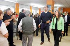 El alcalde de Nigrán, Alberto Valverde, y la delegada de la Xunta en Vigo, María José Bravo Bosch, con los participantes en el programa Reencontros na terra 2013.