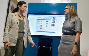 La presidenta del Parlamento de Galicia, Pilar Rojo (izquierda), recibió el proyecto de presupuestos para 2014 de manos de la conselleira de Facenda, Elena Muñoz.