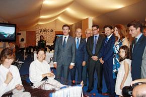 Feijóo y otras autoridades en el stand de Galicia en el 5º Encuentro de Casas Regionales celebrado en Sevilla.