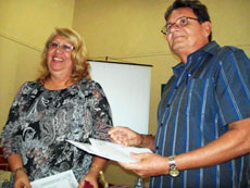 Alberto Cartaya entrega el premio a la ganadora, Idania E. Rodríguez Ortega