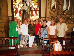 El oficiante, padre Jaime Palacio González, con miembros de la entidad.