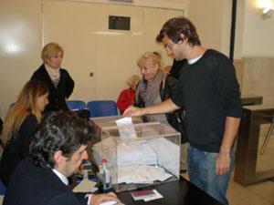 Un joven depositando el voto en la urna situada en el Consulado de España en Buenos Aires en las elecciones gallegas de octubre de 2012.