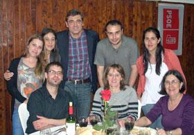 Ricardo Cortés, tercero por la izquierda atrás, con miembros del PSOE en Montevideo.