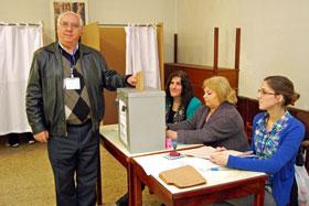 Manuel Ramos votando.