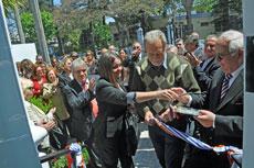 Las autoridades cortando la cinta inaugural de la nueva policlínica.