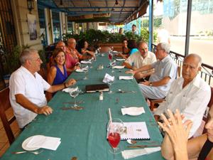 La cónsul Laura López (2ª por izq.), el jefe de la Consejería Laboral Jesús Chacón (3º), el embajador Juan Francisco Montalbán (4º por dcha.), el Historiador de la Ciudad Eusebio Leal (3º d) y Sergio Rabanillo (2º d), entre otros, en la mesa presidencial en La Barca.