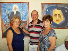 Visitantes de la exposición de artes plásticas.