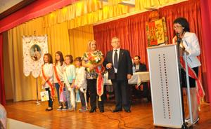 Las Damas y Mozas Infantiles en el escenario tras su nombramiento.