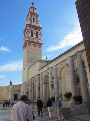 Llegada a la iglesia de San Juan que cuenta con la torre más bella de las ecijanas.