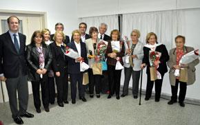 Las homenajeadas, con su ramo de flores, junto a las autoridades del Hogar.