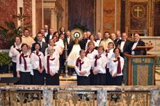 El Coro de la Casa de Galicia en Nueva York junto a la imagen de la Virgen del Pilar en la Catedral de San Mateo de Washington.