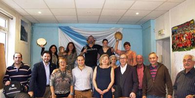Miranda, segundo por la izquierda, con directivos y socios en la sede de A Nosa Casa Galicia de París.