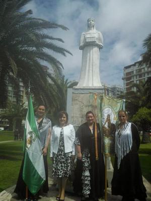 Subcomisión de Jóvenes junto con la vicecónsul honoraria de España, Claudia Álvarez Argüelles, en el Monumento a Isabel La Católica por la Hispanidad.