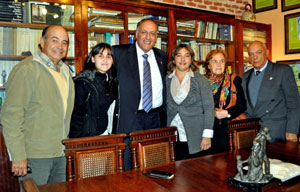 El viceconsejero de Acción Exterior, Cándido Padrón, con directivos del centro canario de El Tala en Uruguay.
