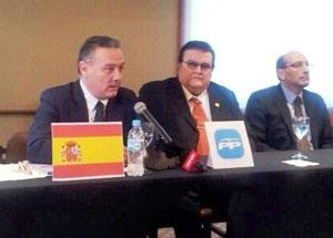 Alfredo Prada, primero por la izquierda, en la reunión del Comité Ejecutivo del PP en Paraguay.