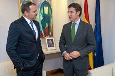 El embajador de Cuba, Eugenio Martínez Enríquez, y Alberto Núñez Feijóo.