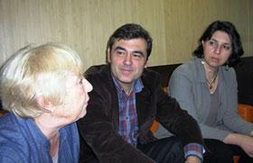 Ricardo Cortés con afiliados del PSOE en París.