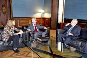 El consejero Manuel Jiménez Barrios, recibió al embajador de Perú con Sol Calzado, secretaria general de Acción Exterior.