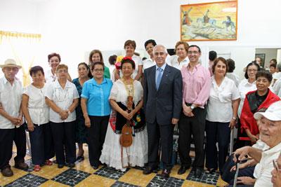 Aurelio Miras Portugal con los usuarios y personal del centro de día 'Hilos de Plata' de Veracruz.