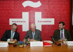 Xesús Vázquez y Víctor García de la Concha firmaron el protocolo en Madrid en presencia del secretario general del Instituto Cervantes, Rafael Rodríguez-Ponga.