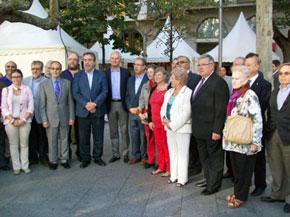 Autoridades en la inauguración de las casetas de la cada comunidad.
