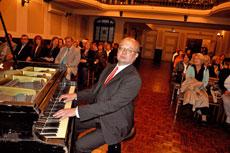 El pianista Manuel Quesada en el Centro Gallego de Montevideo.