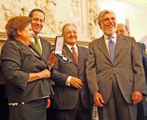 Sor Salud muestra orgullosa la condecoración ante el embajador español Manuel Alabart. En la fila de atrás el gobernador del estado de México, Eruviel Ávila, y los empresarios Olegario Vázquez Raña y Carlos Slim.