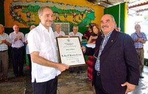 El embajador de España en Cuba, Juan Francisco Montalbán Carrasco, recibió el diploma como 'Socio de Honor' de manos del presidente de la Casa Cantabria, Reinaldo Rojas.