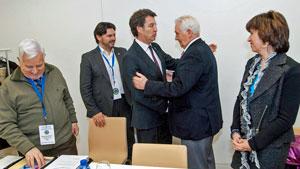 El presidente gallego, Alberto Núñez Feijóo, saludando a los miembros de la Comisión Delegada.