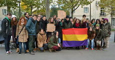 Los jóvenes que se concentraron ante la Embajada de España en París.